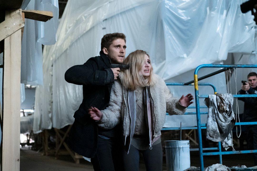 Jesper Alm (Anastasios Soulis) nimmt Marie von Wenzel (Leonie Wesselow) plötzlich als Geisel, als die Polizei in das Bootshaus stürmt.