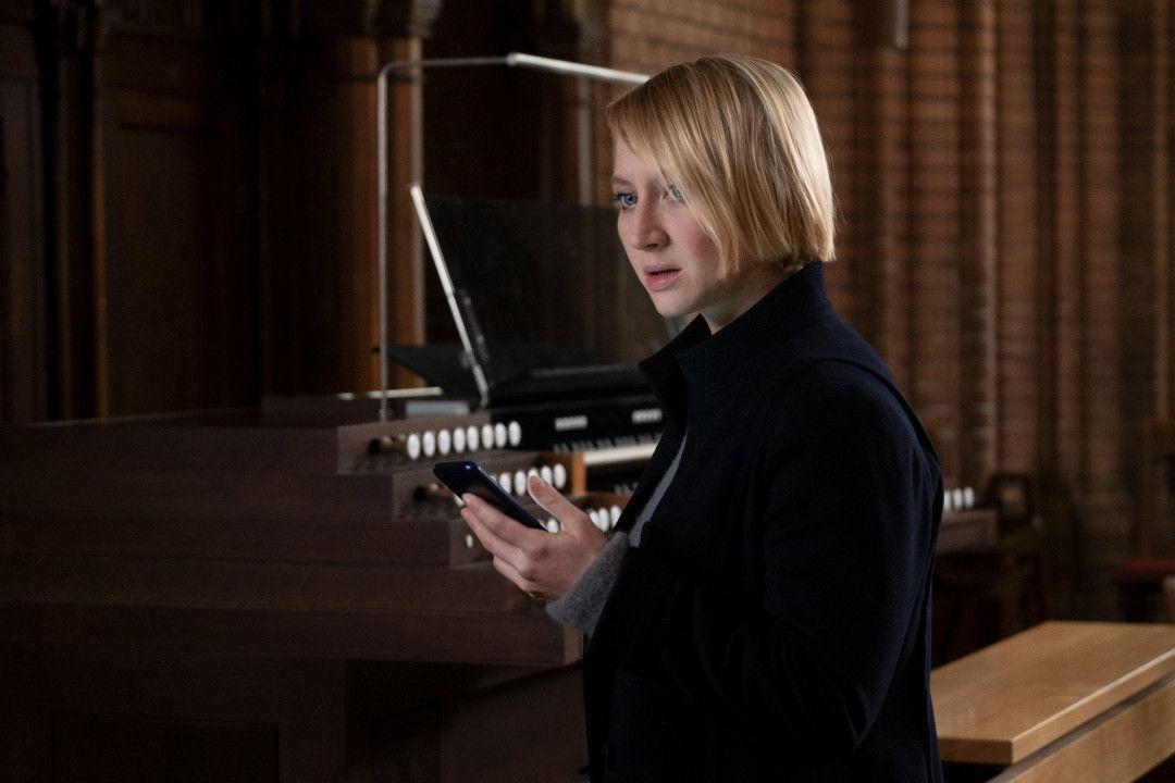 Eine heiße Spur führt Nora Weiss (Anna Maria Mühe) in die Kirche. Nora erhält eine Nachricht auf ihrem Handy und wird nachdenklich.