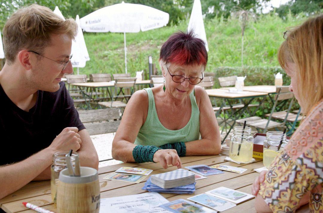 Rabiat-Reporter und Single Nico Schmolke lässt sich in Wiesbaden von Single Silvia Striebeck die Tarot- Karten legen. Sehnt er sich doch unbewusst nach einer Partnerschaft?
