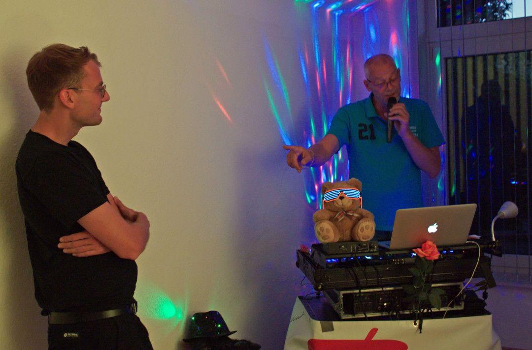 Vor Corona schmiss Single Theo Meisters Tanzparties für Singles. Nun streamt er seine Auftritte aus seinem Peiner Partyraum ins Netz.