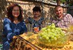 Stanimira mit ihrem Ehemann Peter und einer Tante in einer Datsche in Zeravna.