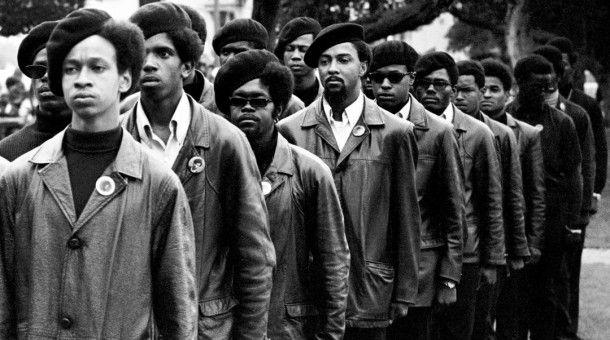 Black Panthers stellen sich bei einer Versammlung im DeFremery Park im Ghetto von West Oakland auf. Gregory Harrison, Student der Oakland Tech und Black-Panther-Aktivist, steht vorne in der ersten Reihe.
