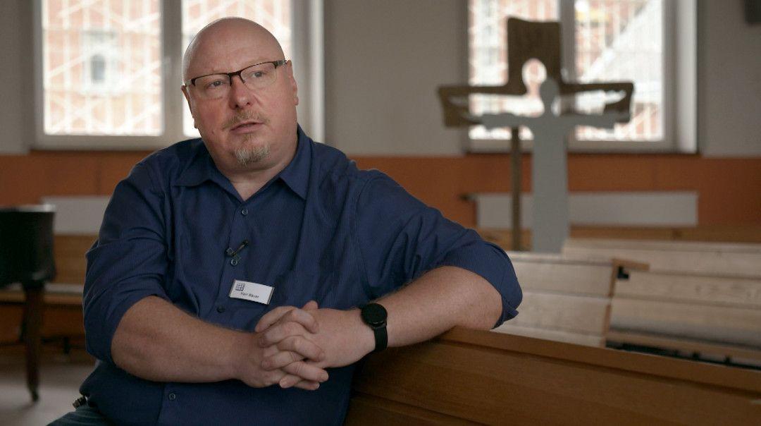 Patrick Bauer in der Kapelle des Gefängnisses Siegburg. Patrick Bauer wurde von einem Pater missbraucht und ist trotzdem selbst Seelsorger geworden.