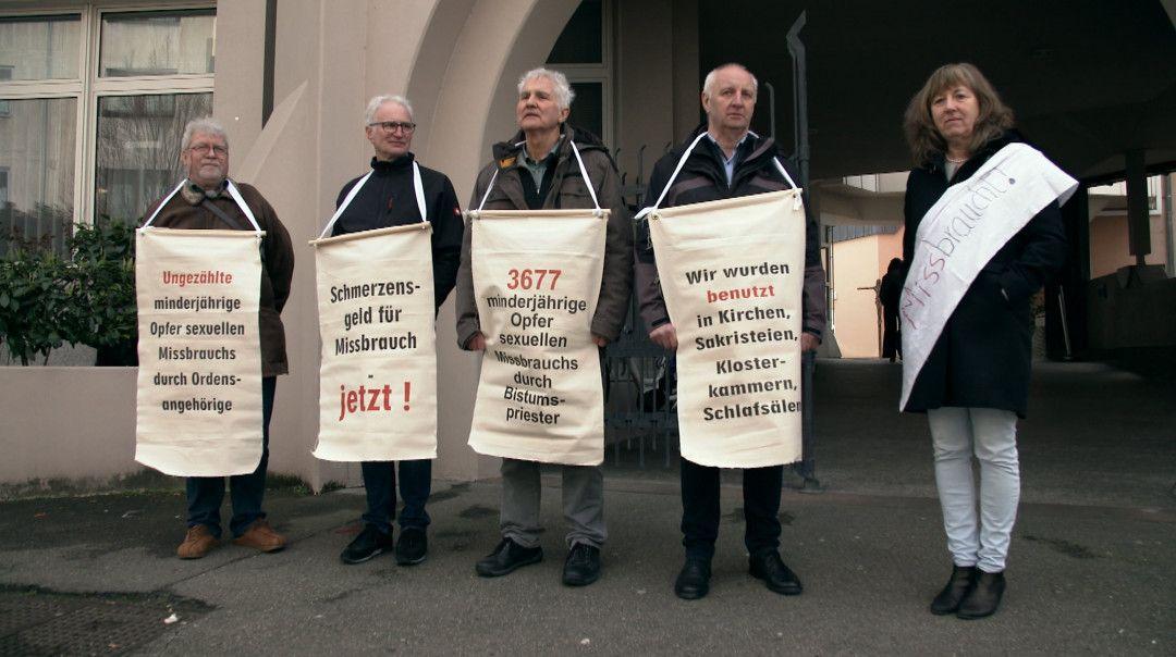 Missbrauchs-Betroffene demonstrieren bei der Bischofskonferenz in Mainz.