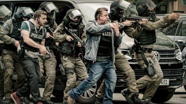 Fredo Schulz (Armin Rohde, 3.v.r.) im Einsatz
