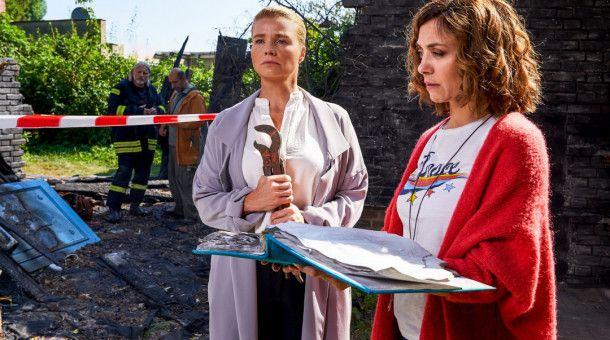 Die Freundinnen Ella (Annette Frier, l.) und Christina (Julia Richter, r.) müssen jetzt stark sein. Aus den Aschen ihres Hauses konnten nur noch ein Zange und ein Fotoalbum gerettet werden. Wo sollen die beiden den jetzt nur wohnen?