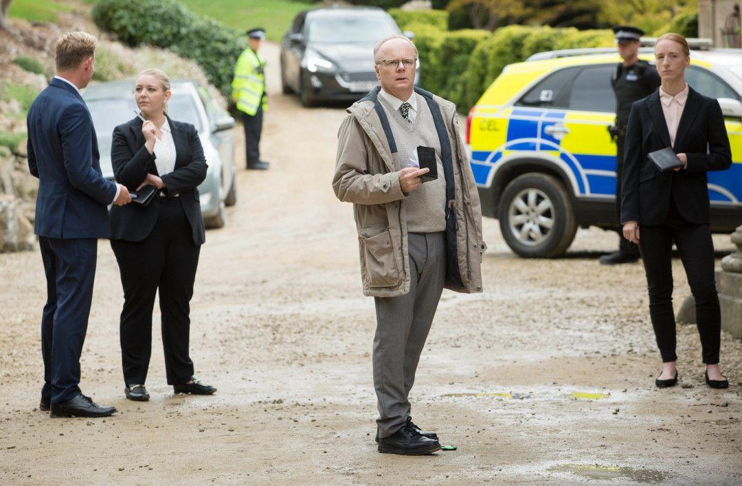 DS Dodds (Jason Watkins) muss feststellen, dass sich die Arbeit an einem Tatort in den vergangenen Jahren doch sehr verändert hat.