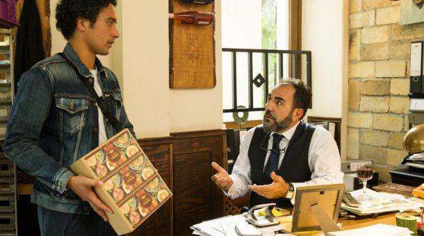 Hakim (Omar El-Saeidi) diskutiert mit seinem Vater Yussef (Adnan Maral) über die Einmischungen seiner Mutter in sein Liebesleben.