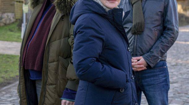 """ARD/NDR NACHTSCHATTEN - DER USEDOM-KRIMI, am Donnerstag (29.10.20) um 20:15 Uhr im ERSTEN. v.l.n.r.: Rykke Lylloff, Katrin Sass und Till Firit © NDR/ARD-Degeto/Oliver Feist, honorarfrei - Verwendung gemäß der AGB im engen inhaltlichen, redaktionellen Zusammenhang mit genannter NDR-Sendung bei Nennung """"Bild: NDR/ARD-Degeto/Oliver Feist"""" (S2). NDR Presse und Information/Fotoredaktion, Tel: 040/4156-2306 oder -2305, pressefoto@ndr.de"""