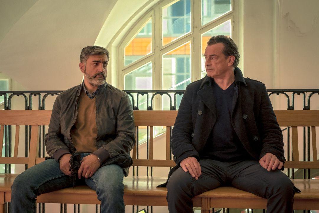 Latif (Neil Malik Abdullah, l.) und Simon (Thomas Sarbacher, r.) sitzen auf der Wartebank.