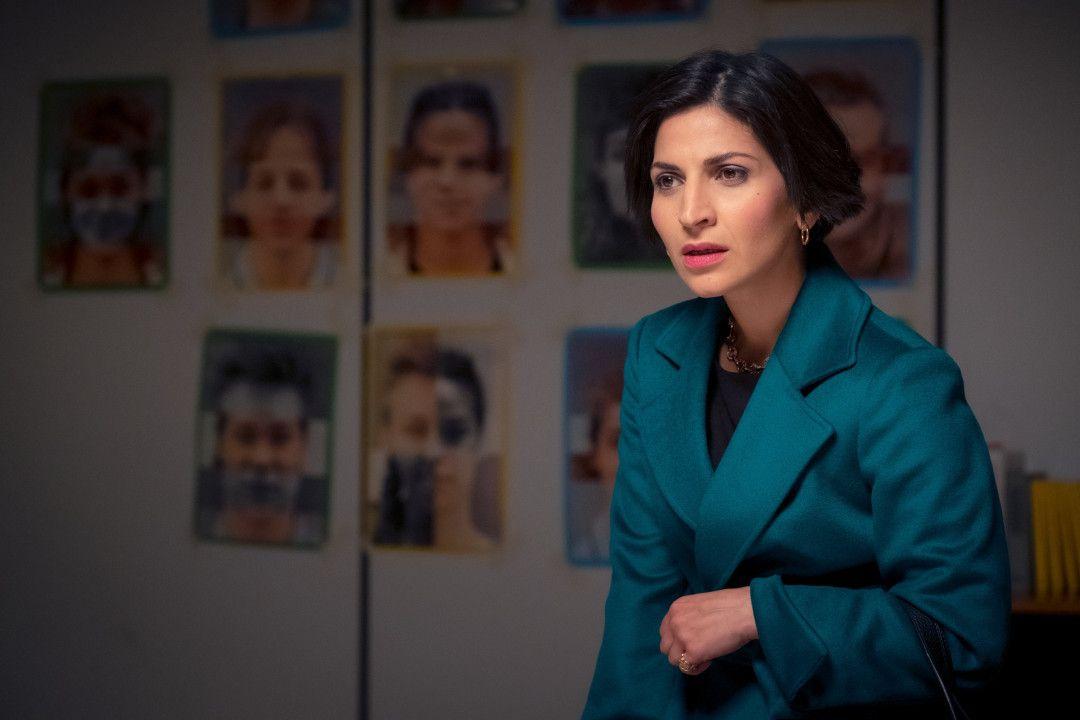 Majan (Neda Rahmanian) nimmt ihren Sohn in Schutz. Sie sorgt sich um dessen Sicherheit.