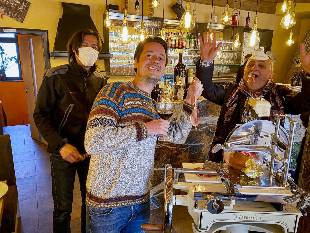 Jonas Gernstl bei Pizzabäcker Carmelo Giandinot.