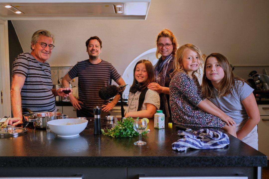 Von links: Franz und Jonas Gernstl, Mathilda, Uli, Amalia und Greta Kerschbaumer. Familie Kerschbaumer besucht Franz und Jonas zum Abendessen.