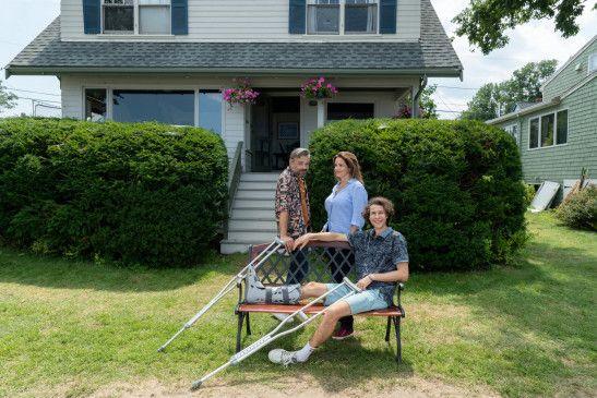 Helen (Rebecca Immanuel, M.) ist für die Unterstützung von Marc (Alexander Wipprecht, l.) dankbar, als ihr Sohn Louis (Jascha Baum, r.) mit vielen Problemen wieder bei ihr einzieht.