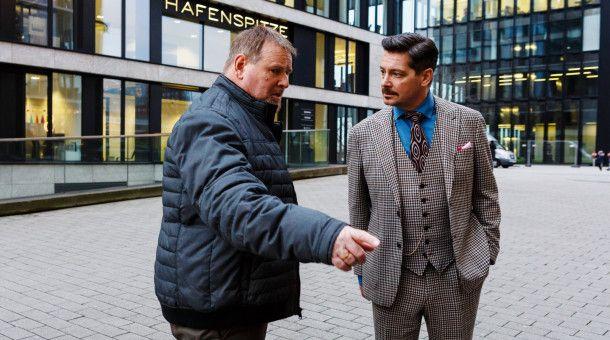 Falk (Fritz Karl, r.) kann Herrn Kirchhof (Felix Vörtler, l.) mit seinen Argumenten überzeugen
