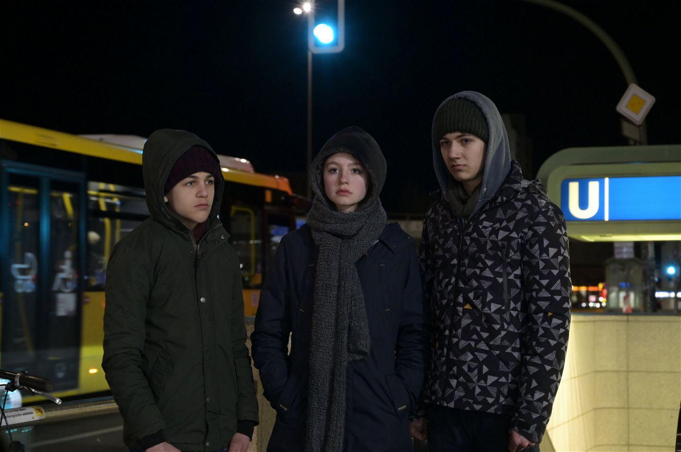 Die Teenager Jakob (David Ali Rashed, l.), Mira (Flora Li Thiemann) und Fabian (Lenius Jung, r.) haben gerade eine schreckliche Tat begangen. Wie werden sie und ihre Familien damit umgehen?