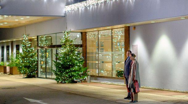 Thomas (Charly Hübner) fängt Judith (Sophie von Kessel), die auf ein Taxi wartet, vor dem Hotel ab.