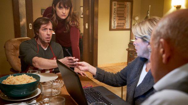 Ekki (Oliver Korittke, l.) ist entgeistert, als Alex (Ina Paule Klink, 2.v.l.) ihm zeigt, dass ein unvorteilhaftes Video von ihm viral gegangen ist. Anna (Rita Russek, 2.v.r.) und Wilsberg (Leonard Lansink, r.) lesen interessiert die bösen Kommentare.
