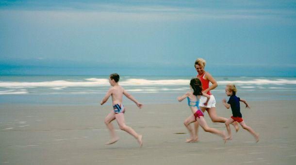 Beim Familienurlaub am Strand darf Sasha (2.v.l.) zum ersten Mal einen Bikini tragen.