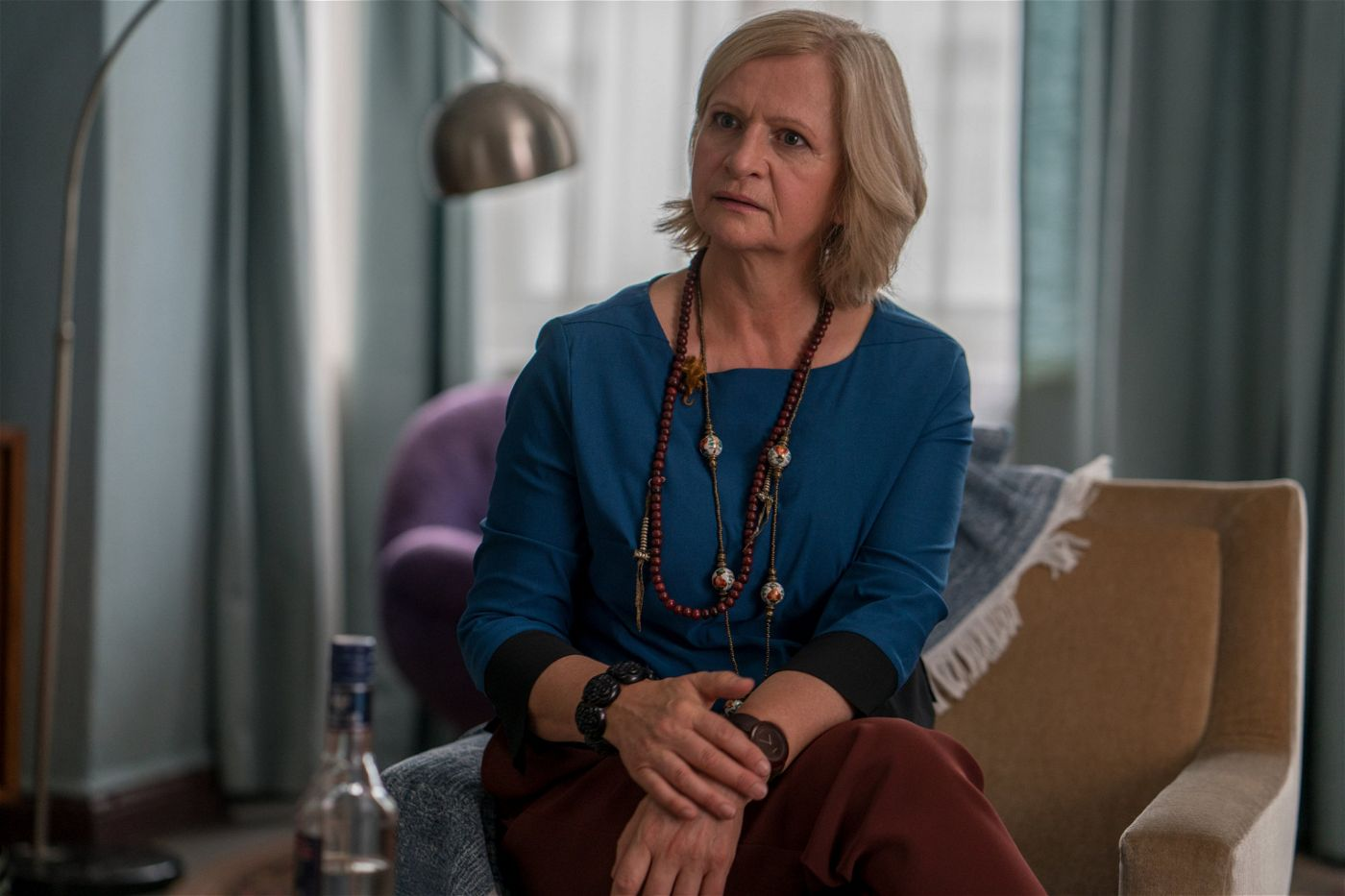Heidi (Johanna Gastdorf) erzählt Christoph, das Antje den Hausbesitzer Rotte ausgelacht hat.