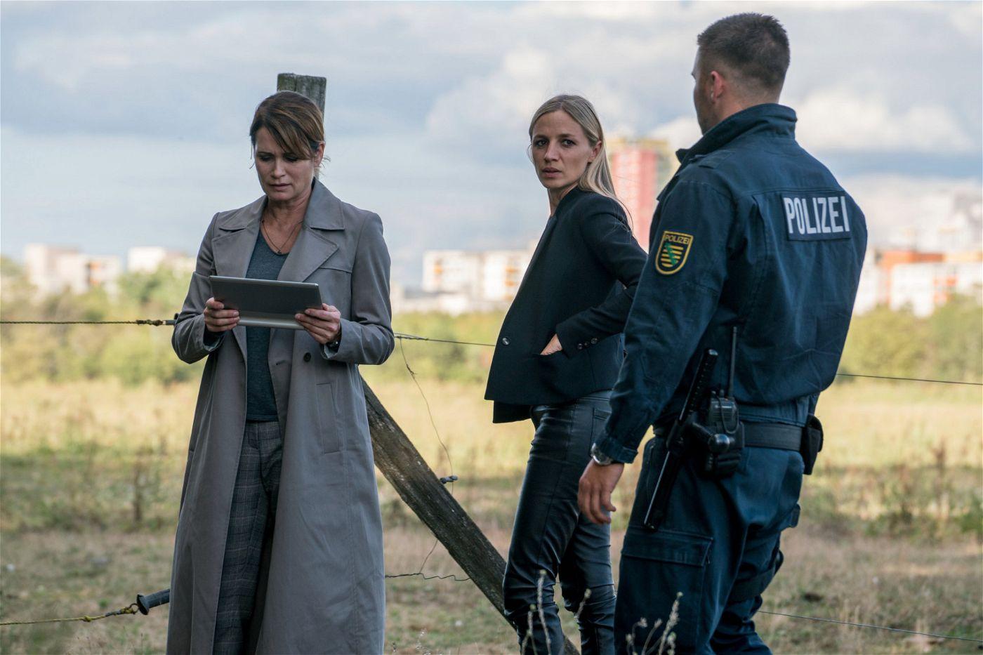 Maike (Anja Kling, l.) und Pia (Annika Blendl, r.) finden die Leiche von Selina.