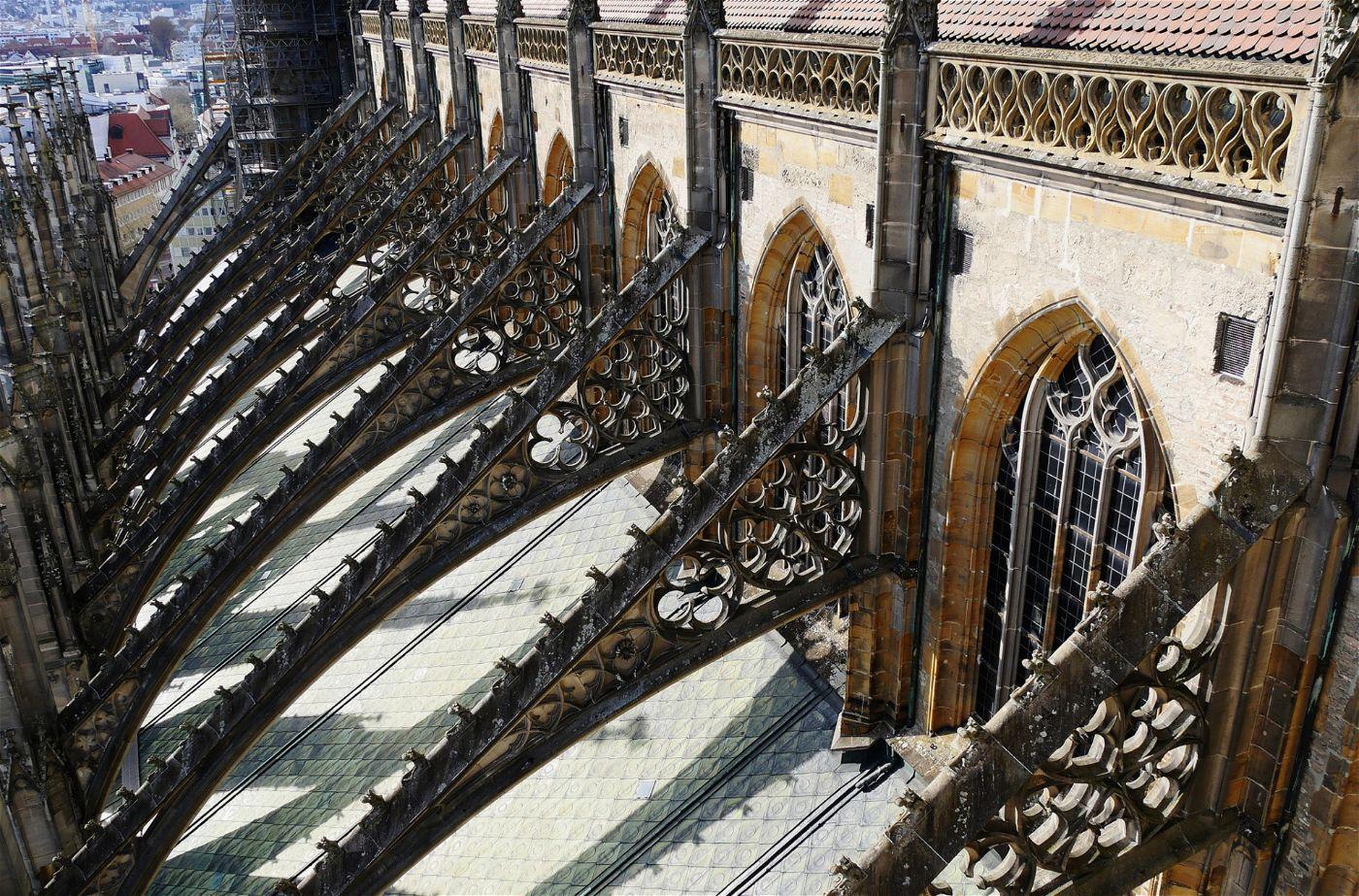Um die Langhauswände zu stützen, die durch das Gewicht des Daches nach außen gedrückt werden, entwickelte die Gotik das Prinzip der äußeren, stützenden Strebebögen.