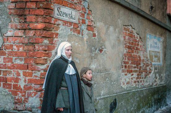 Heimlich sucht die polnische Nonne Teresa (Eliza Rycembel) Hilfe beim französischen Roten Kreuz.