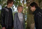 Luke (Leonard Artur Conrads, M.) merkt schnell, dass mit Kyle (William Noordewier, l.) und Ron (Max Walker, r.) nicht zu spaßen ist.