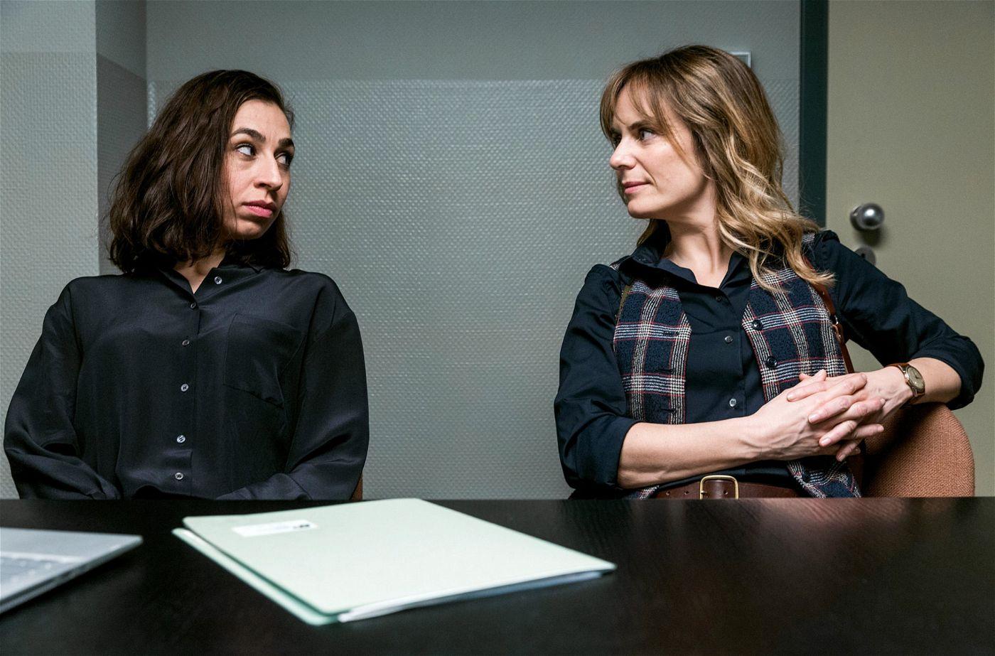 Müssen sich zusammenraufen: Kommissarin Isabelle Grandjean (Anna Pieri Zuercher, re.) und ihre Kollegin Tessa Ott (Carol Schuler)