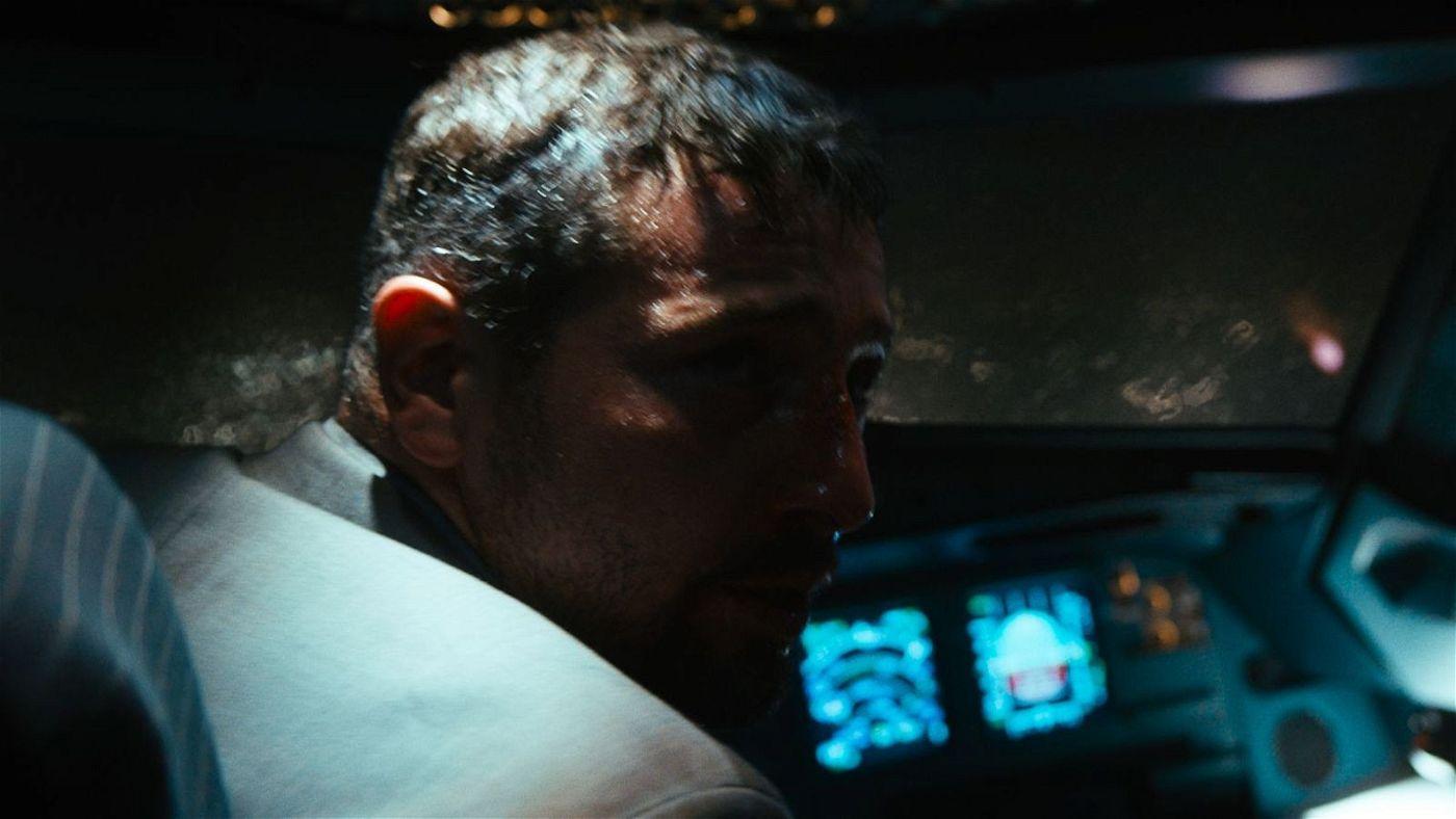 Kenan (Murathan Muslu) schafft es, in das Cockpit einzudringen und Kapitän Lutzmann schwer zu verletzen.