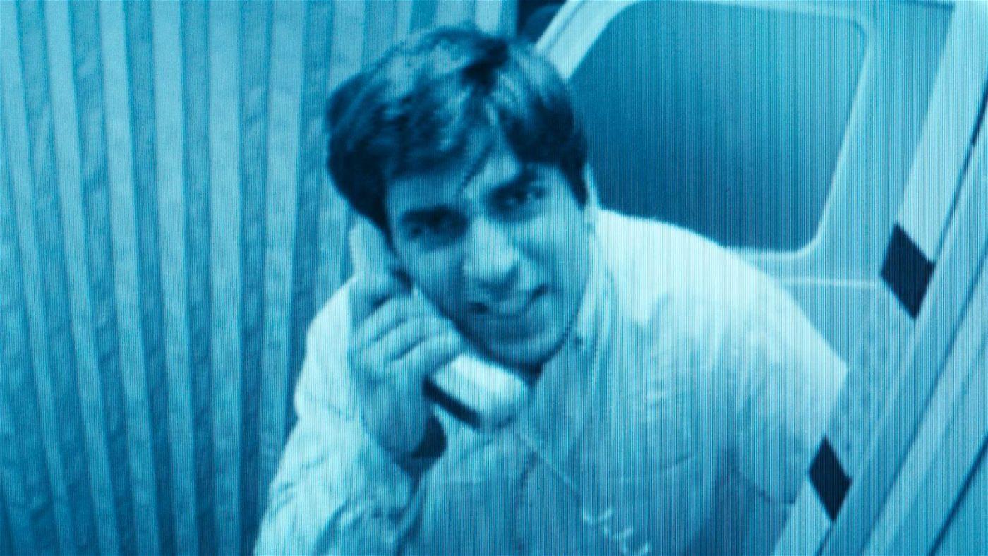 Der 18-jährige Vedat (Omid Memar) verlangt vom Kopiloten, die Tür zum Cockpit zu öffnen.