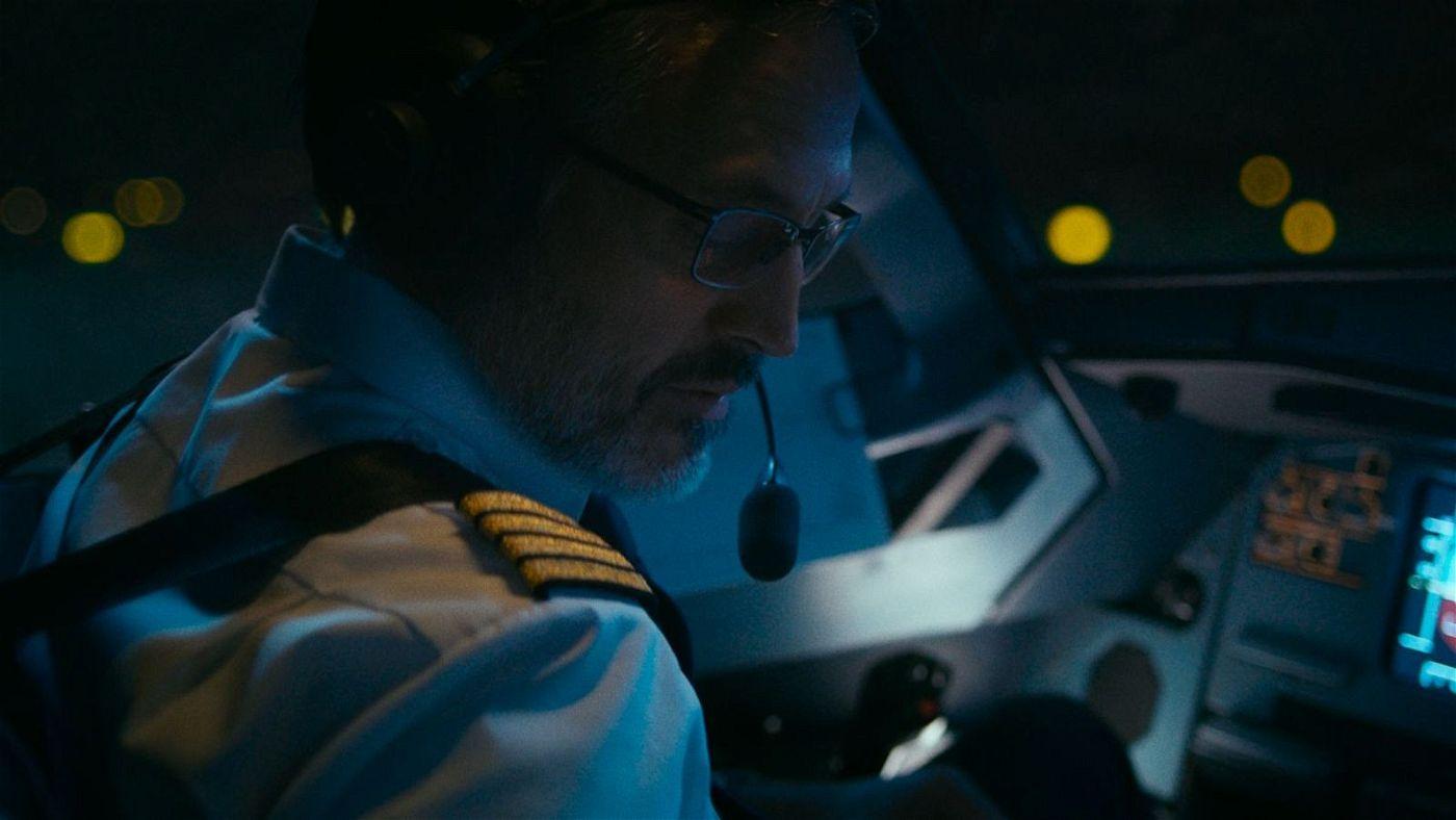 Pilot Michael Lutzmann (Carlo Kitzlinger) checkt vor dem Start die Technik und ahnt noch nichts von dem Grauen, das an Bord schon bald losbrechen wird.