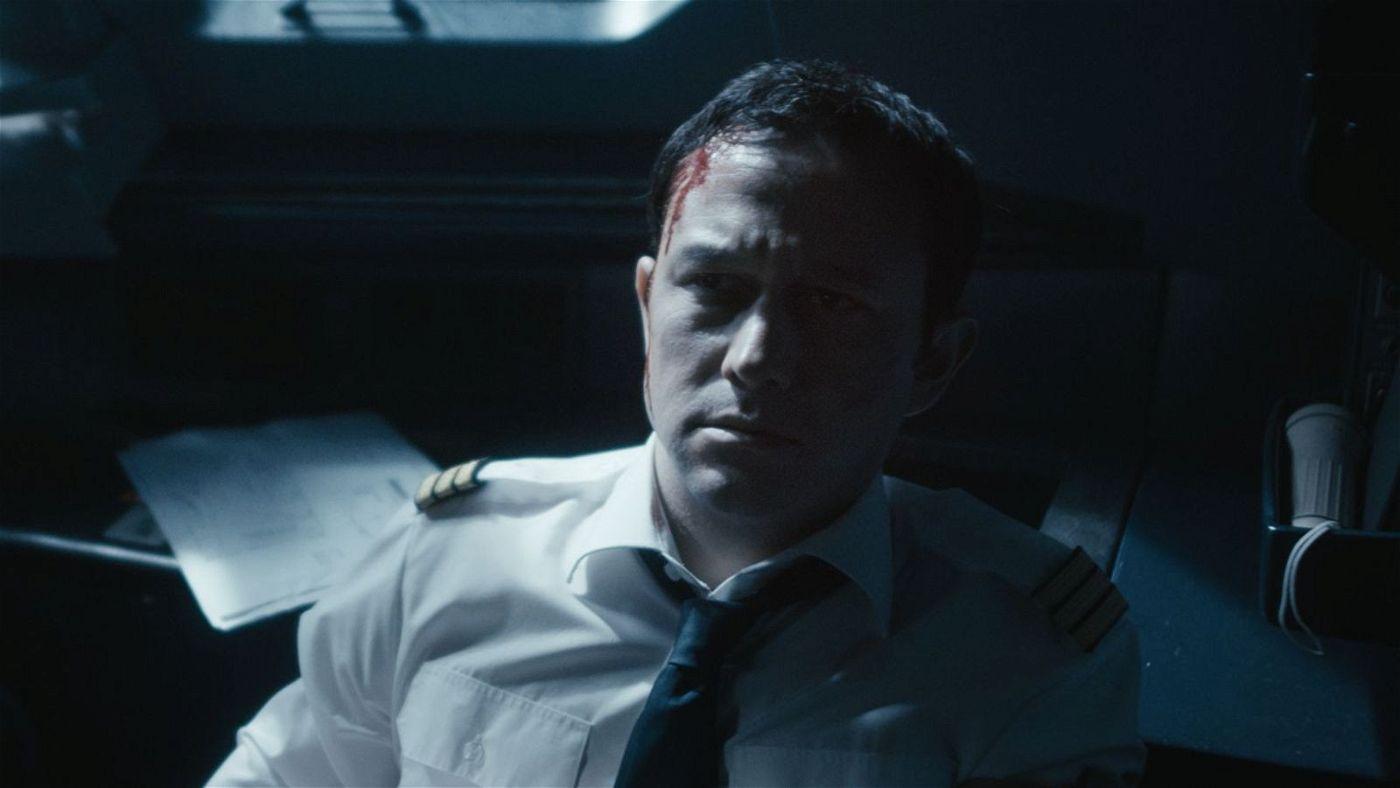 Kopilot Tobias Ellis (Joseph Gordon-Levitt) hat es bei einem Handgemenge mit einem der Terroristen erwischt.
