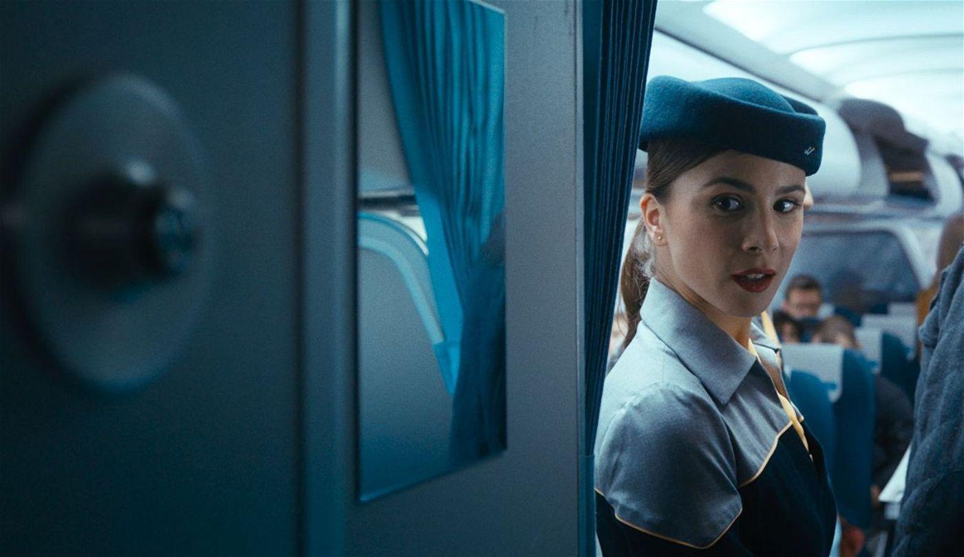 Flugbegleiterin Gökce (Aylin Tezel) ist mit Tobias liiert und befindet sich ebenfalls an Bord der Maschine nach Paris.