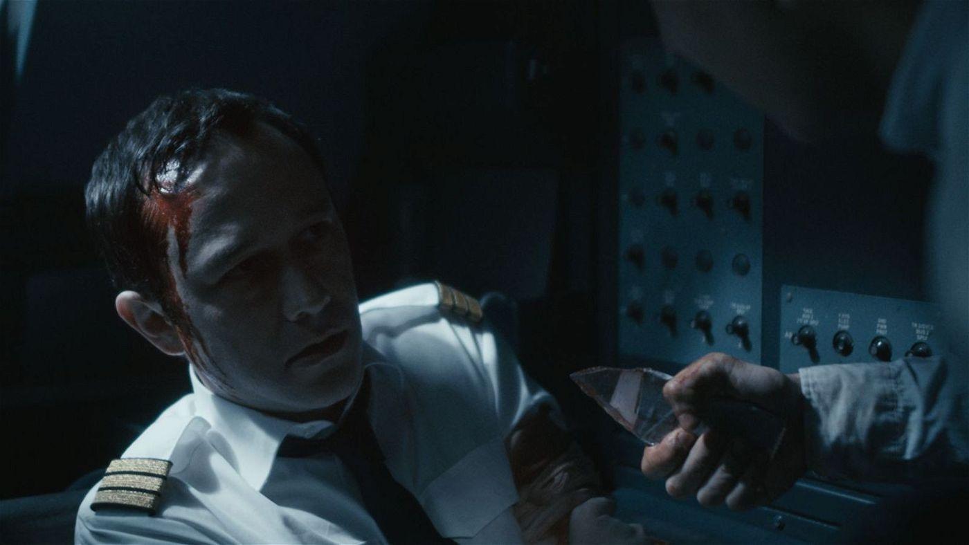 Kopilot Tobias Ellis (Joseph Gordon-Levitt) wird von einem der Terroristen bedroht.