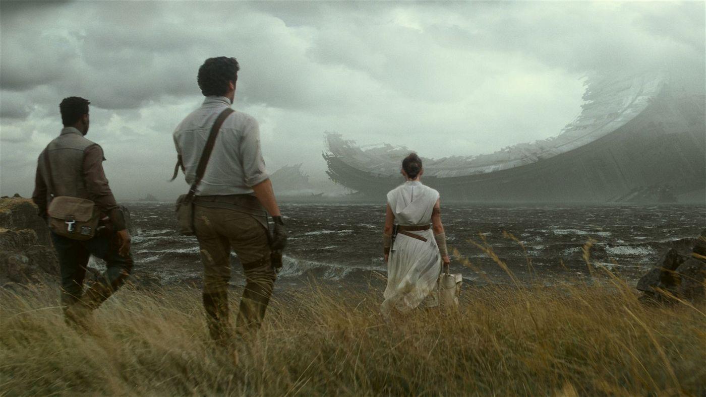 Finn (John Boyega), Poe (Oscar Isaac) und Rey (Daisy Ridley, von links) stoßen auf die Überreste des alten Todessterns.