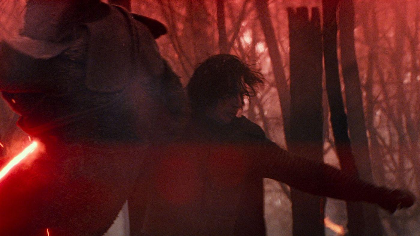 Kylo Ren (Adam Driver, rechts) macht sich auf die Suche nach dem Imperator.