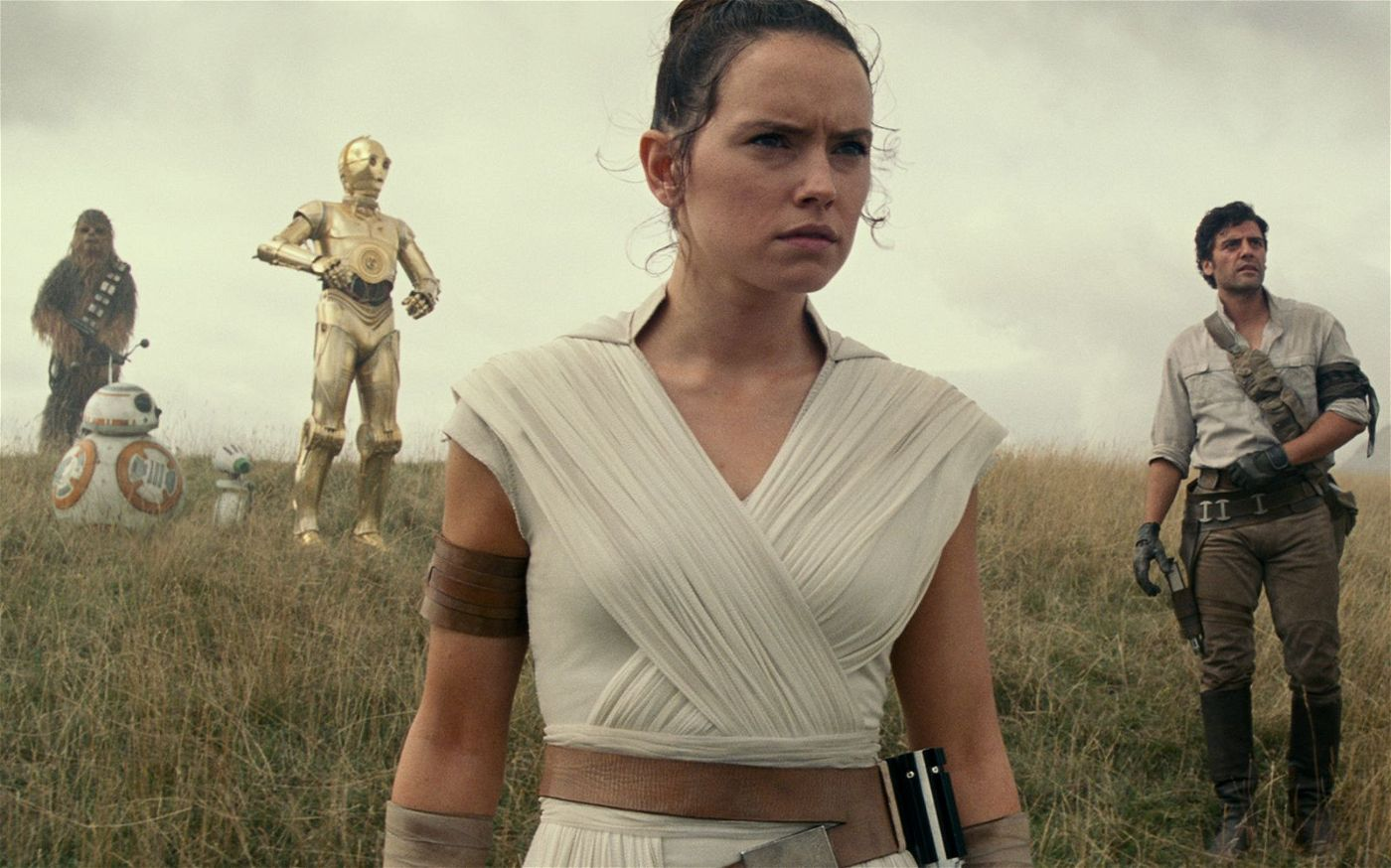 Von links: Chewbacca (Joonas Suotamo), C-3PO (Anthony Daniels), Rey (Daisy Ridley) und Poe (Oscar Isaac) gehen Hinweisen nach, die sie zum Imperator führen sollen.