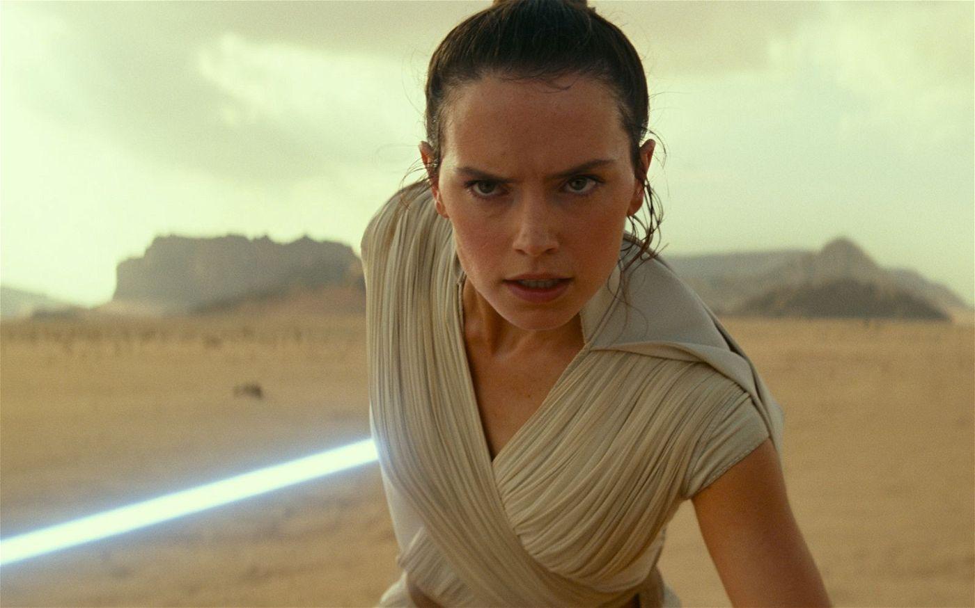 In der Wüste trifft Rey (Daisy Ridley) auf Kylo Ren. Sie macht sich bereit, um ihn in mit einem spektakulären Angriff außer Gefecht zu setzen.