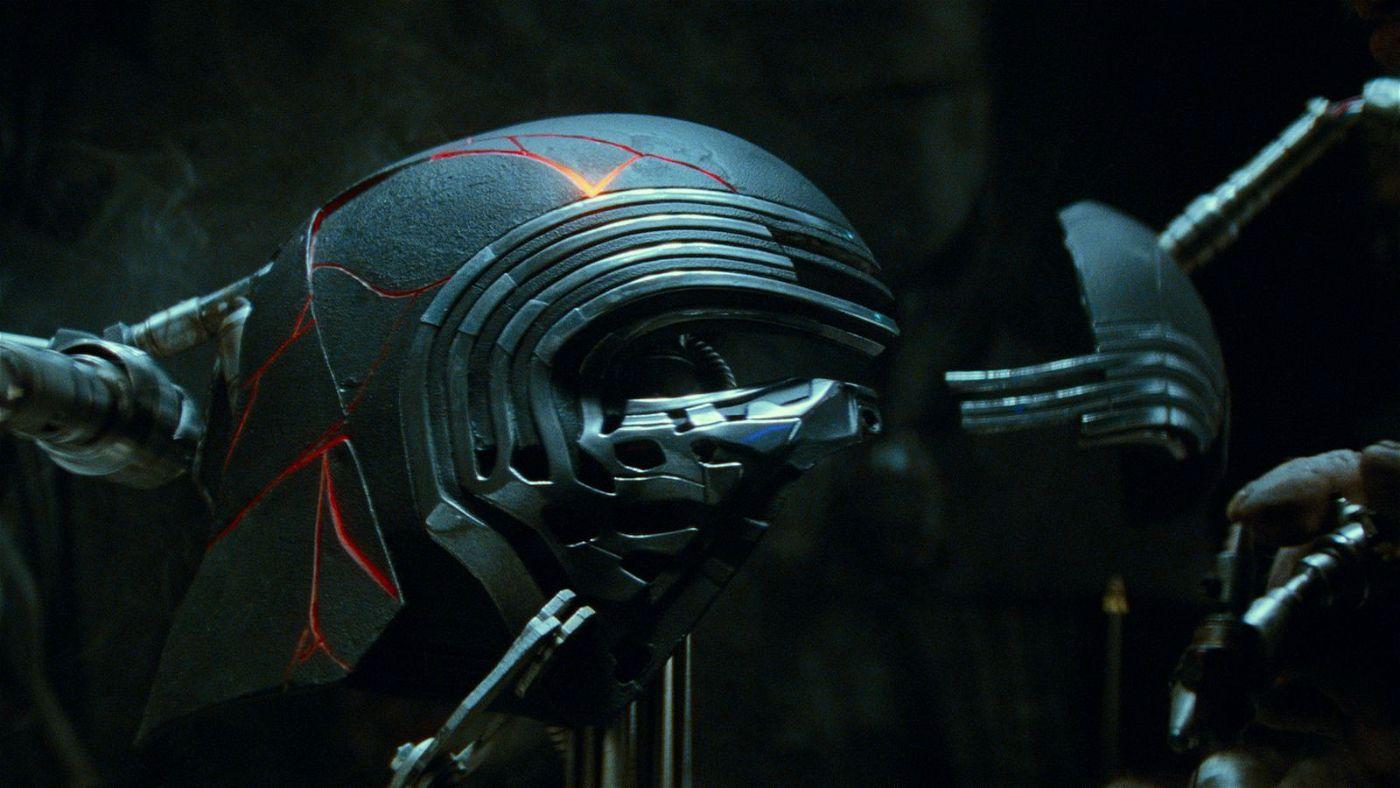 Kylo Ren hat seinen Helm wieder - und lässt von einem Schmied die Bruchstücke zusammenfügen.