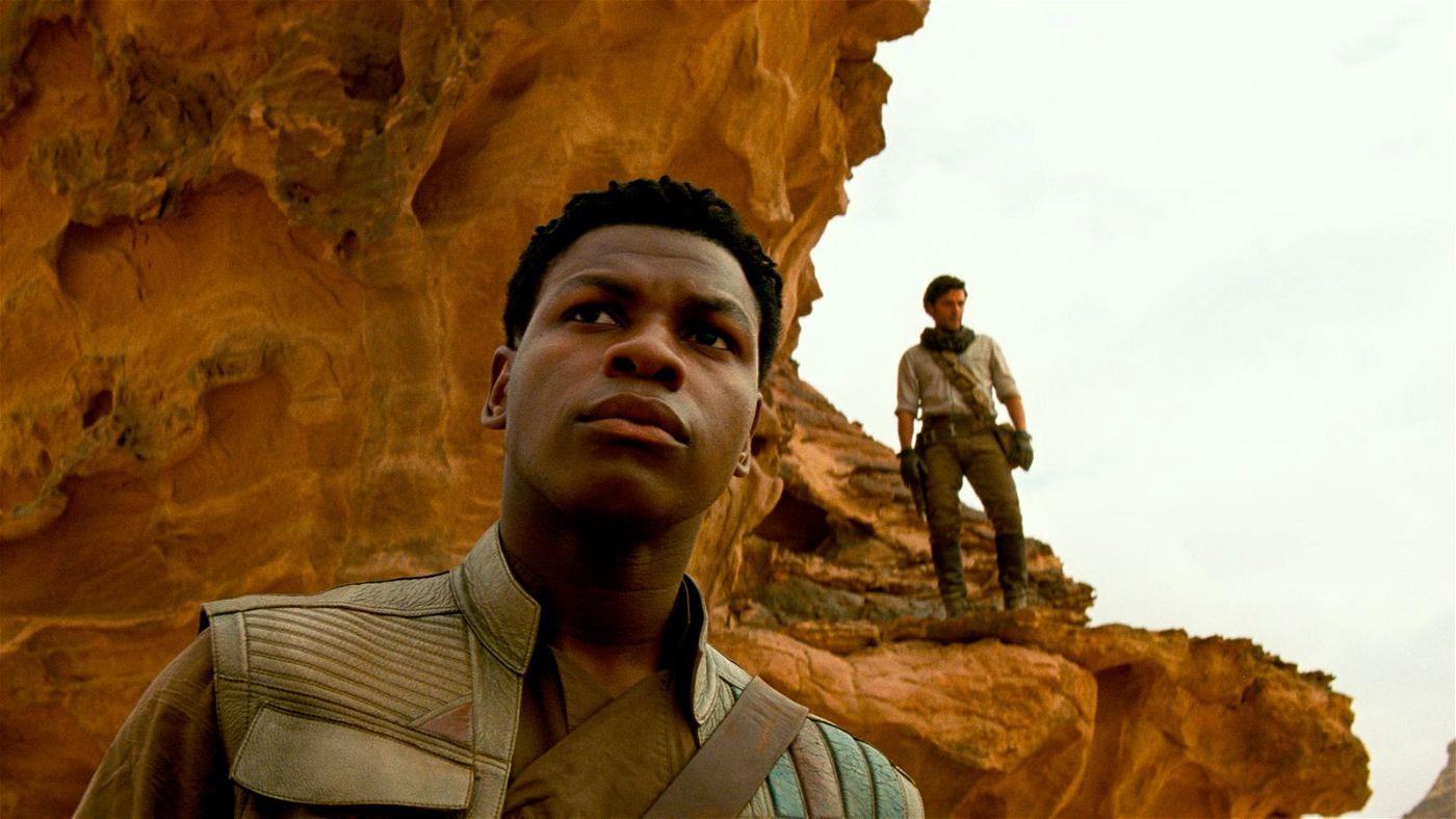 Finn (John Boyega, links) und Poe (Oscar Isaac) wurden von Truppen der Ersten Ordnung aufgespürt.