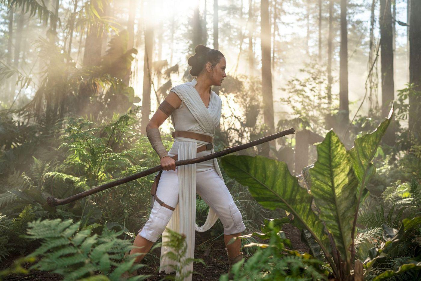 Rey (Daisy Ridley) trainiert ihre Jedi-Fähigkeiten.