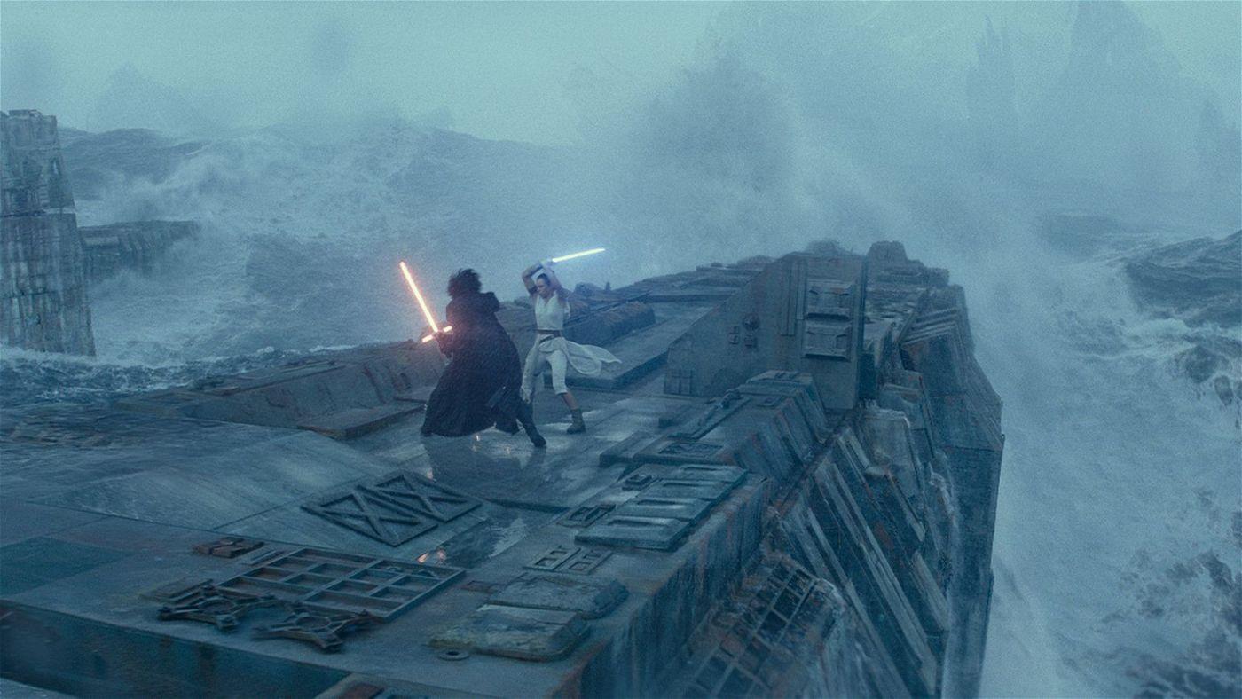 Auf den Ruinen des alten Todessterns treffen Kylo Ren (Adam Driver) und Rey (Daisy Ridley) zum epischen Kampf aufeinander.