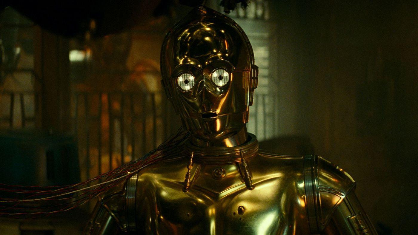 C-3PO (Anthony Daniels) ist der Einzige, der die Schrift der Sith lesen kann. Doch er weigert sich. Also wird er neu verkabelt.