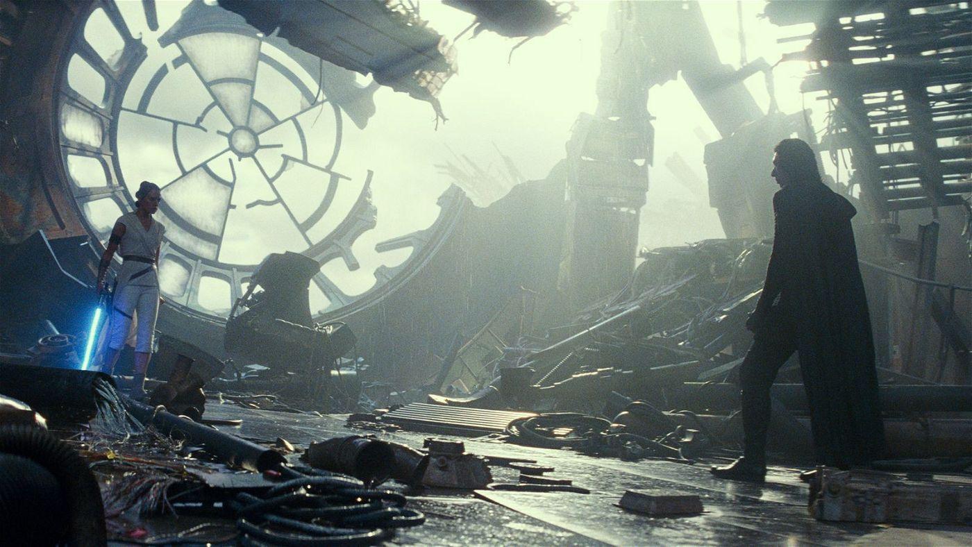 An einem Ort, der einst schon eine wichtige Rolle gespielt hat, kämpfen Rey (Daisy Ridley) und Kylo Ren (Adam Driver) gegeneinander.
