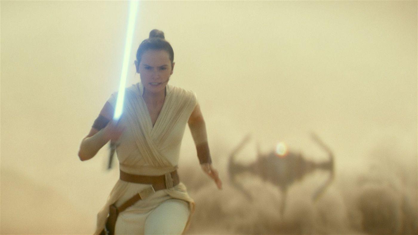 Kylo Ren macht in seinem Raumschiff Jagd auf Rey (Daisy Ridley).