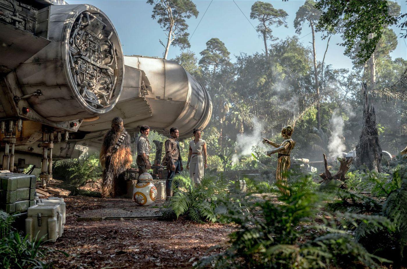 Von links: Chewbacca (Joonas Suotamo), Poe (Oscar Isaac), Finn (John Boyega), Rey (Daisy Ridley) und C-3PO (Anthony Daniels) machen sich bereit fürs entscheidende Gefecht.