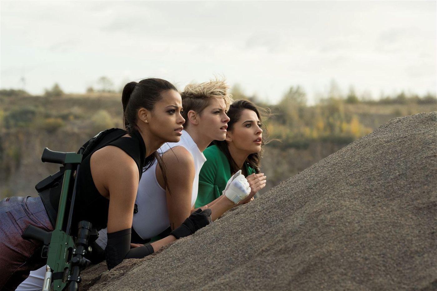 Neue Engel braucht das Kino: Jane (Ella Balinska), Sabina (Kristen Stewart) und Elena (Naomi Scott, von links) treten in die Fußstapfen von Farrah Fawcett und Co.