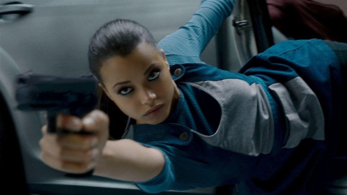 Jane (Ella Balinska) versucht, ihren Verfolger zu erledigen.