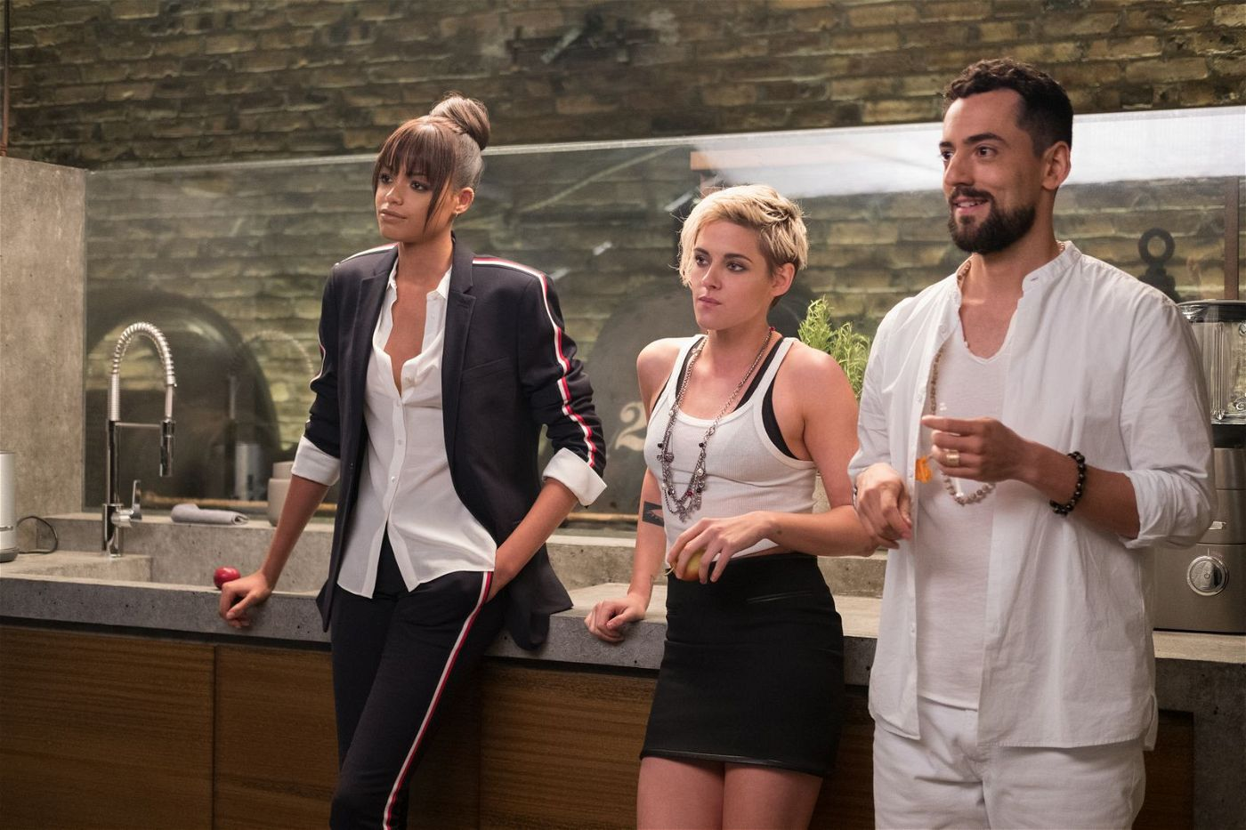 """""""The Saint"""" (Luis Gerardo Méndez) versorgt seine Engel Sabina (Kristen Stewart, Mitte) und Jane (Ella Balinska) mit mörderischen Gadgets, ist aber auch für ihr Wohlbefinden zuständig."""